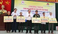 """Programm """"Menschen mit verdienstvollen Leistungen für die Revolution Geschenke überreichen"""" in Quang Tri"""