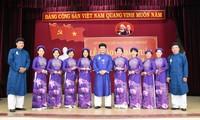Männliche Angestellte in Hue tragen Ao Dai zur Arbeit: Traditionelle Trachten des Volkes bewahren