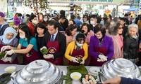 Das internationale kulinarische Festival bietet viele typische Gerichte und Produkte an