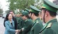 Leiterin der Zentralabteilung für Öffentlichkeitsarbeit besucht Armeeeinheit in der Provinz Quang Nam