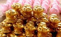 "Keramik-Dorf in Binh Duong stellt in der Tet-Saison ""goldene Büffel"" her"