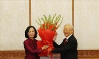 KPV-Generalsekretär Nguyen Phu Trong überreicht Entscheidungen bezüglich des Personals von Politbüro und Sekretariat