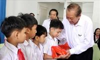 Vize-Premierminister Truong Hoa Binh besucht das Zentrum zur Pflege behinderter Kinder Vo Hong Son