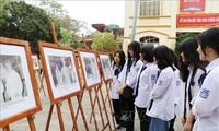 Ausstellung der Bilder des Präsidenten Ho Chi Minh mit Parlamentswahlen
