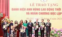 """Staatspräsident Nguyen Xuan Phuc überreicht Menschen mit verdientsvoller Leistung den Titel """"Held der Arbeit"""""""