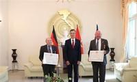 Verleihung des Freundschaftsordens des vietnamesischen Staates an zwei Deutsche