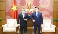 Parlamentspräsident Vuong Dinh Hue empfängt den philippinischen Botschafter