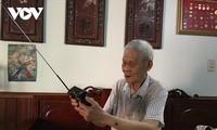 """Menschen in Viet Bac mit dem Radiosender """"Die Stimme Vietnams"""""""