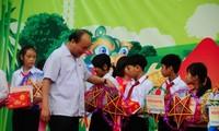 응우엔 쑤언 폭 국무총리, 꽝남성 어린이들과 즐거운 추석 활동