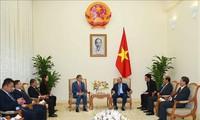 응우옌 쑤언 푹 총리,라오스 대사를 접견했다