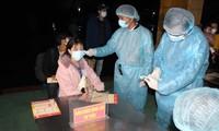 응우옌 쑤언 푹 총리: 의료계 종사자 및 공무원에 격려 편지 전달