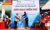 하동 (Hà Đông)군 청년단,'쌀 ATM' 행사를 열었다