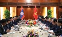 응우옌 쑤언 푹 총리, 통룬 시술리트 라오스총리와 회담
