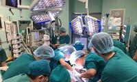 응우옌 쑤언 푹 총리, 쌍둥이 분리수술 성공 축하