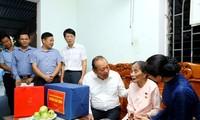 쯔엉 화 빈 정부 상임부총리,응에안성 정책대상가족에게 선물증정