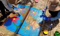 맨홀 뚜껑에 그림 그려 환경 보호 메시지 전달
