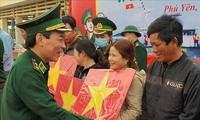 푸옌성 어부들에게  16천 장의 국기 전달