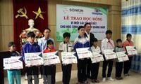 꽝남성 홍수 피해  학생들에게 장학금 전달