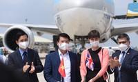 코로나 19방역 백신 약 12만 회 분량, 떤선녓 국제공항 도착