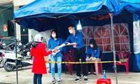 푸른 옷의 코로나19 방역 봉사자들