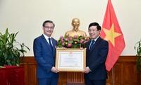 ឧបនាយករដ្ឋមន្រ្តី រដ្ឋមន្រ្តីការបរទេស លោក Pham Binh Minh អញ្ជើញបំពាក់គ្រឿងឥស្សរិយយសពលកម្មថ្នាក់ទីមួយចំពោះឯកអគ្គរដ្ឋទូតឡាវប្រចាំនៅវៀតណាម