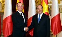 នាយករដ្ឋមន្ត្រីលោក Nguyen Xuan Phuc ជួបសន្តែងការគួរសមប្រធានាធិបតីបារាំងលោក Francois Hollande