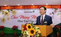 ឧបនាយករដ្ឋមន្ត្រី Vuong Dinh Hue អញ្ជើញទៅជូនពរឆ្នាំថ្មីធនាគារ Vietcombank