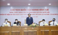 Ketua MN Vuong Dinh Hue Kunjungi dan Mengucapkan Selamat kepada Sejumlah Kantor-kantor Pemberitaan pada Peringatan 96 Tahun Hari Pers Revolusioner Vietnam