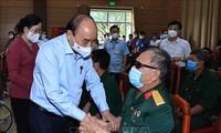 Presiden Nguyen Xuan Phuc Imbau Partai Komunis dan Negara Lebih Memperhatikan Para Prajurit dengan Disabilitas dan Keluarga Para Martir