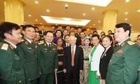 越共中央总书记、国家主席阮富仲会见在建设强大的全民国防阵势中的先进典型