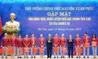 阮春福总理会见参加第30届东南亚运动会的越南体育代表团