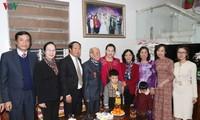 越南国会主席阮氏金银看望并向海防市老革命家赠送礼物