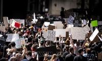 美国民众继续举行游行示威抗议种族歧视