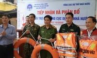 分发物资和设备 帮助灾民克服洪涝影响