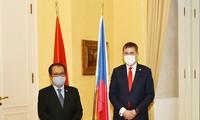 发展并将越南与捷克的传统友好与合作关系提升至新高度