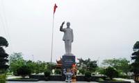 胡志明主席塑像屹立在东北蓝天下