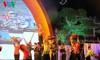 Vietnamese people look towards the fatherland's sacred sea and islands