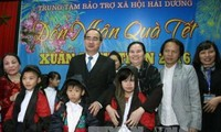 Vietnam Fatherland Front presents gifts to social beneficiaries