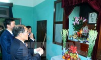 NA Chairman Nguyen Sinh Hung extends Tet greetings to former Party and State leaders
