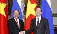 Prime Minister Nguyen Xuan Phuc holds talks with his Russian counterpart Dmitry Medvedev