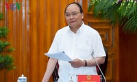 Prime Minister Nguyen Xuan Phuc works with Ben Tre province officials
