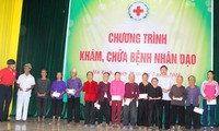 1,000 poor people in Ha Tinh province receive free healthcare checkup and medicines