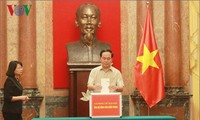 Vietnamese people turn their hearts to central region