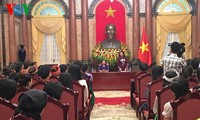 Vice President Dang Thi Ngoc Thinh receives ethnic students