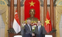 Vietnamese leaders receive Singaporean Prime Minister