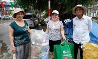 Da Nang raises social security fund by sorting garbage