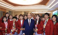 PM Nguyen Xuan Phuc gives instruction on awards for Vietnamese Sea Games 30 athletes