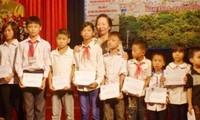 Nguyen Thi Doan remet des bourses aux enfants démunis à Nam Dinh