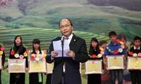 Le vice-Premier Ministre Nguyen Xuan Phuc honore les élèves issus de minorités ethniques