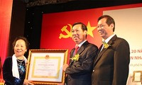 Nguyen Thi Doan remet l'ordre du Travail au groupe Kinh Do